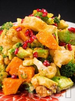 Зимна празнична салата с тиква, броколи, авокадо и нар - снимка на рецептата